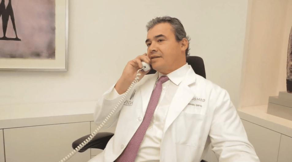 Dr Quiroz en una consulta virtual